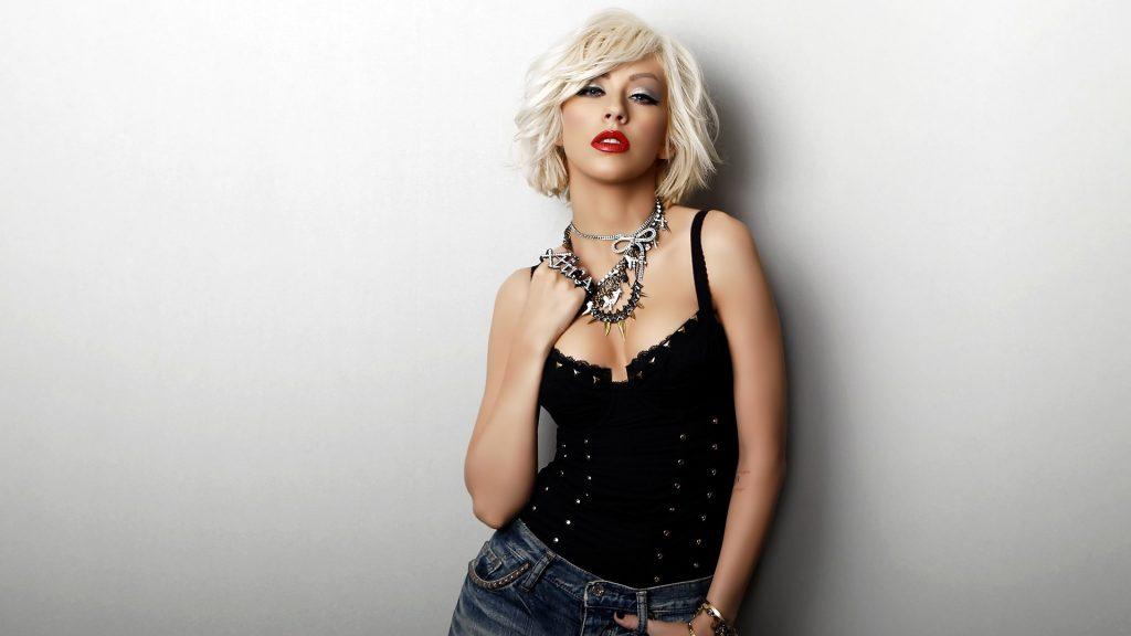 christina_aguilera_leg_blonde_dress_chair_5965_1920x1080-1024x576.jpg