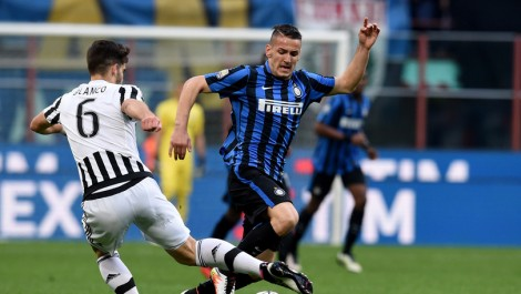 MILAN, ITALY - APRIL 13: Rey Manaj of FC Internazionale (R) in action during the Juvenile TIM Cup final first leg match between FC Internazionale and FC Juventus on April 13, 2016 in Milan, Italy. (Photo by Claudio Villa - Inter/Inter via Getty Images)