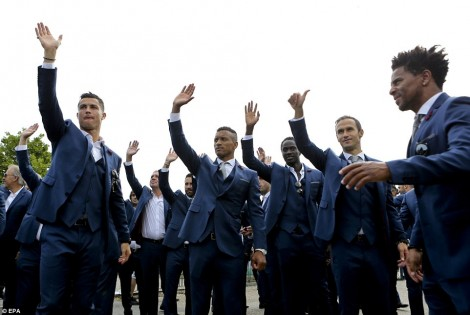 3627B2EE00000578-3684274-Ronaldo_and_his_Portugal_team_mates_were_understandably_in_high_-a-112_1468241690505