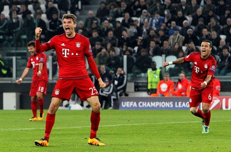 TURIN, ITALY - FEBRUARY 23: Thomas Muller (R) of FC Bayern Muenchen celebrates after scoring the opening goal during the UEFA Champions League Round of 16 first leg match between Juventus and FC Bayern Muenchen at Juventus Arena on February 23, 2016 in Turin, Italy. (Photo by Marco Luzzani/Getty Images)