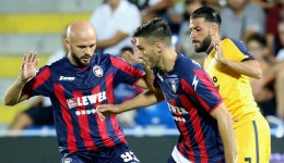 Mariano Izco of Crotone competes for the ball with of Verona during the Serie A match between FC Crotone and Hellas Verona FC at Stadio Comunale Ezio Scida on August 27, 2017 in Crotone, Italy.