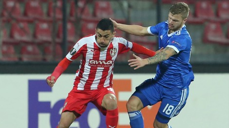 Dynamo's Nikita Korzun (R) fights for the ball with Skenderbeu's Sabien Lilaj (L) during the UEFA Europa League Group B football match between KF Skenderbeu and FC Dynamo Kiev at the Elbasan Arena stadium in Elbasan on November 23, 2017. / AFP PHOTO / Gent SHKULLAKU (Photo credit should read GENT SHKULLAKU/AFP/Getty Images)