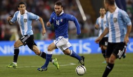 Argentina's Di Maria passes a ball to Palacio as De Rossi of Italy looks on during their international friendly soccer match at the Olympic stadium in Rome