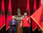 Shqipëria gati për në Lojrat Mesdhetare, Presidenti Ilir Meta i dorëzon flamurin atletit shkodran