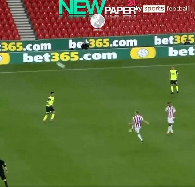 xJuninho-Bacuna-scores-50-yard-own-goal-against-Stoke...-on-his-Huddersfield-debut-NEWPAPER24.jpg.pagespeed.ic.-43JlmQ7yL