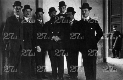 Paramithiotti-posa-nel-1912-con-alcuni-fondatori-e-dirigenti-dellInter-da-sinistra-Paramithiotti-Pres.-Muggiani-Hugo-Rietmann-Hirzel-Bach-Ansbacher-Glockner-e-sul-portone-a-destra-