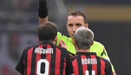 Soccer Football - Serie A - AC Milan v Juventus - San Siro, Milan, Italy - November 11, 2018  AC Milan's Gonzalo Higuain is shown a red card by referee Paolo Mazzoleni  REUTERS/Alberto Lingria