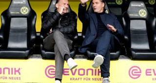 epa06222324 Dortmund's CEO Hans-Joachim Watzke (L) and Dortmund's director of sports Michael Zorc (R) prior to the German Bundesliga soccer match between Borussia Dortmund and Borussia Moenchengladbach in Dortmund, Germany, 23 September 2017.  EPA-EFE/FRIEDEMANN VOGEL EMBARGO CONDITIONS - ATTENTION: Due to the accreditation guidelines, the DFL only permits the publication and utilisation of up to 15 pictures per match on the internet and in online media during the match.