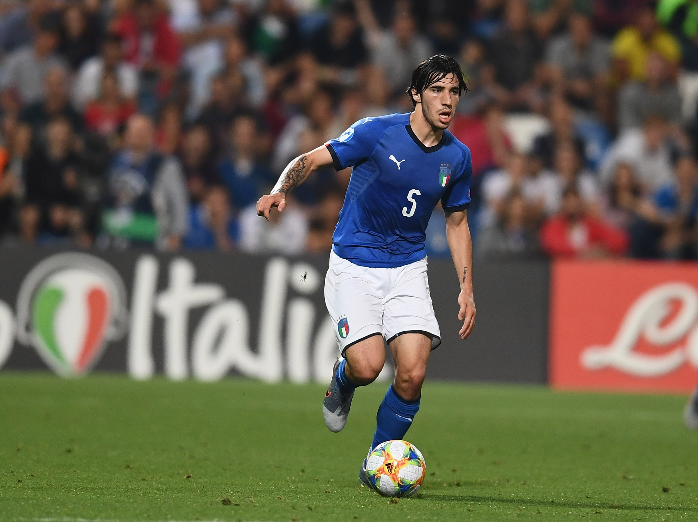 REGGIO NELL'EMILIA, ITALY - JUNE 22:  Sandro Tonali of Italy in action during the 2019 UEFA U-21 Group A match between Belgium and Italy at Stadio Citta del Tricolore on June 22, 2019 in Reggio nell'Emilia, Italy.  (Photo by Claudio Villa/Getty Images)