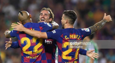 BARCELONA, SPAIN - AUGUST 25: Arturo Vidal of Barcelona celebrates with teammates Antoine Griezmann and Carles Perez after scoring his team's fifth goal during the Liga match between FC Barcelona and Real Betis at Camp Nou on August 25, 2019 in Barcelona, Spain. (Photo by Alex Caparros/Getty Images)
