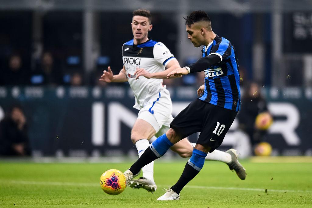 Lautaro Martinez (R) of FC Internazionale scores the opening