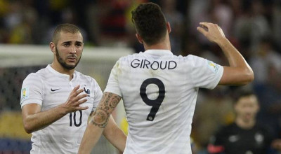 France's forward Olivier Giroud (R) and France's forward Karim Benzema shake hands after drawing 0-0 at the end of the Group E football match between Ecuador and France at the Maracana Stadium in Rio de Janeiro during the 2014 FIFA World Cup on June 25, 2014. AFP PHOTO / FRANCK FIFE