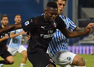FERRARA, ITALY - JULY 01: Rafael Leao of AC Milan challenged by Kevin Bonifazi of SPAL during the Serie A match between SPAL and AC Milan at Stadio Paolo Mazza on July 1, 2020 in Ferrara, Italy. (Photo by Chris Ricco/Getty Images)