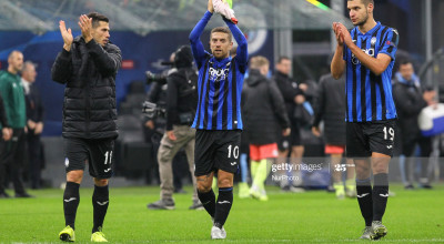 Alejandro Dario Gomez (C), Remo Freuler (L) and Berat Djimsiti (R) of Atalanta BC greet fans after the UEFA Champions League match (Group C) between Atalanta BC and Manchester City FC at Giuseppe Meazza stadium on November 06, 2019 in Milan, Italy.  Final results: 1-1. (Photo by Massimiliano Ferraro/NurPhoto via Getty Images)