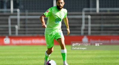COLOGNE, GERMANY - AUGUST 29: (BILD ZEITUNG OUT) Admir Mehmedi of VfL Wolfsburg controls the ball during the pre-season friendly match between 1. FC Koeln and VfL Wolfsburg at Franz-Kremer-Stadion on August 29, 2020 in Cologne, Germany. (Photo by Ralf Treese/DeFodi Images via Getty Images)