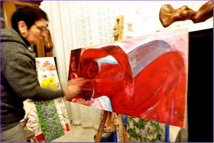 Liliana Çika Kosturi duke punuar një pikturë nudo