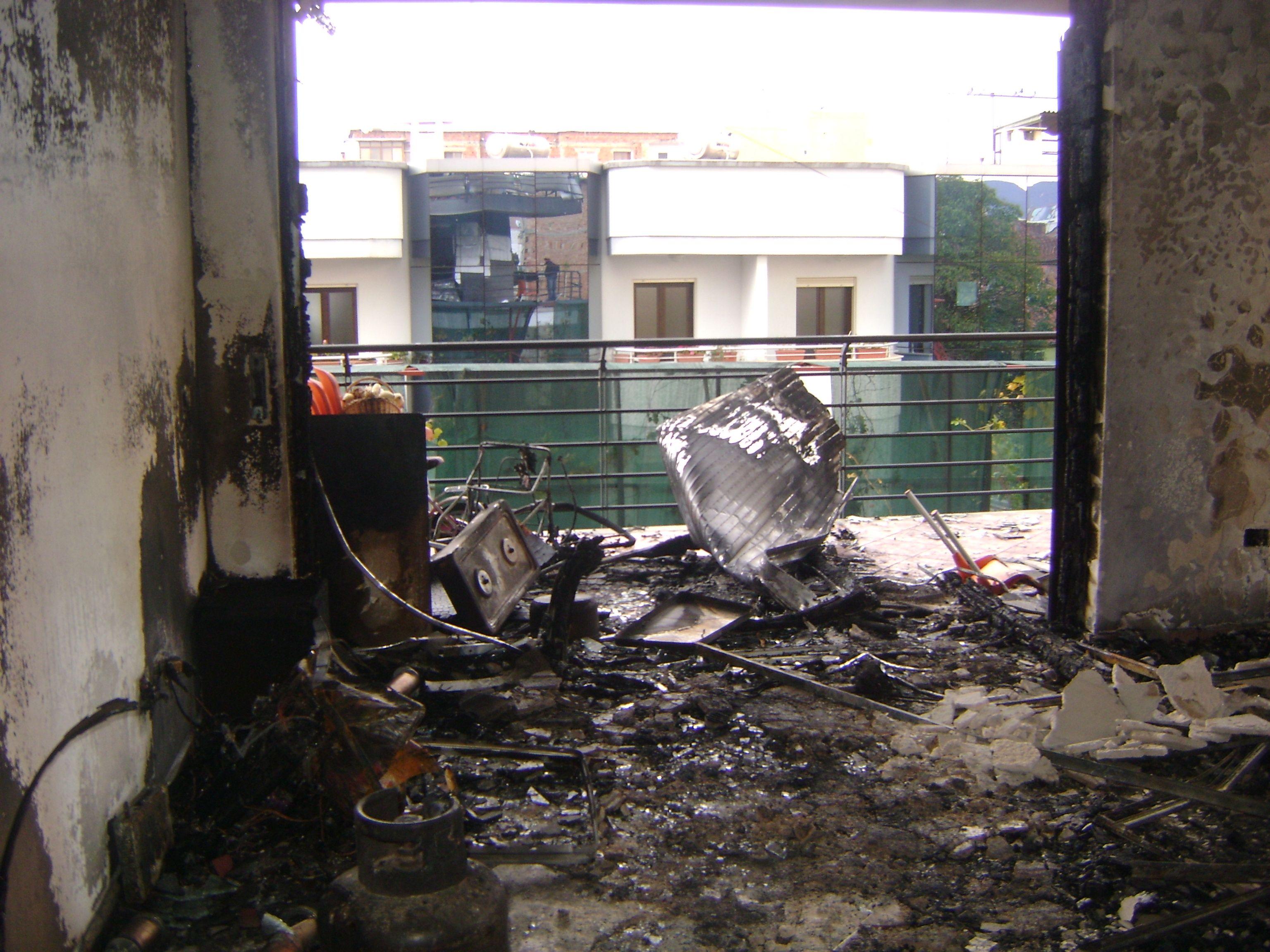 Humbi prindërit e motrën nga zjarri në banesë, 2-vjeçarja jashtë rrezikut