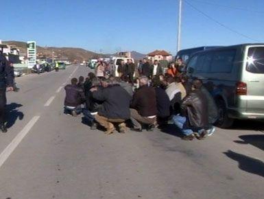 Protesta  shoferët e  furgonëve këmbëkryq në mes të rrugës
