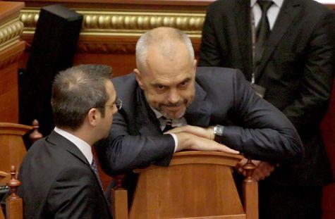 Kryeministri-Edi-Rama-dhe-Ministri-i-Brendshem-Saimir-Tahiri,-gjate-nje-seance-parlamentare,-ku-eshte-debatuar