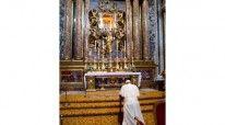 Papa Françesku gjatë lutjes