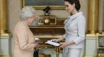 """Angelina Jolie duke marrë titullin """"Damë Nderi"""" nga Mbretëresha Elisabetë"""