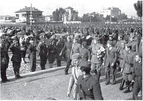 Enver Hoxha gjatë paradës më 29 nëntor