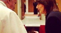Presidentja e Kosovës, Atifehte Jahjaga duke i treguar dhuratën Papa Françeskut