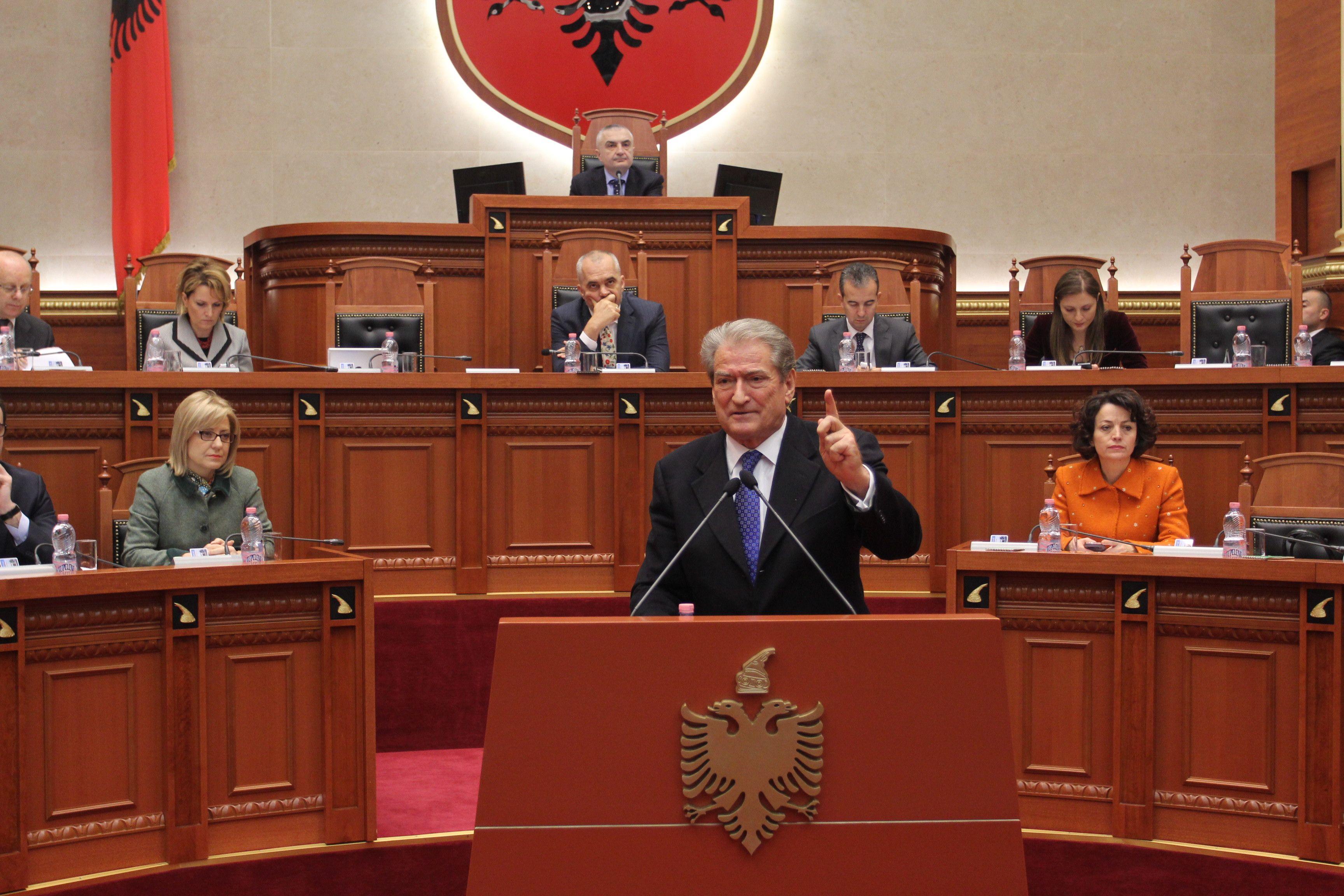 Berisha: Dëshmitari i mbrojtur u kërcënua nga juristi i OSHEE