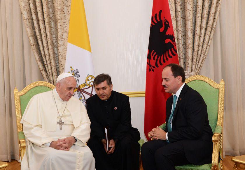 Presidenti Nishani gjate takimit nje vit me pare me Papa Franceskun ne Tirane