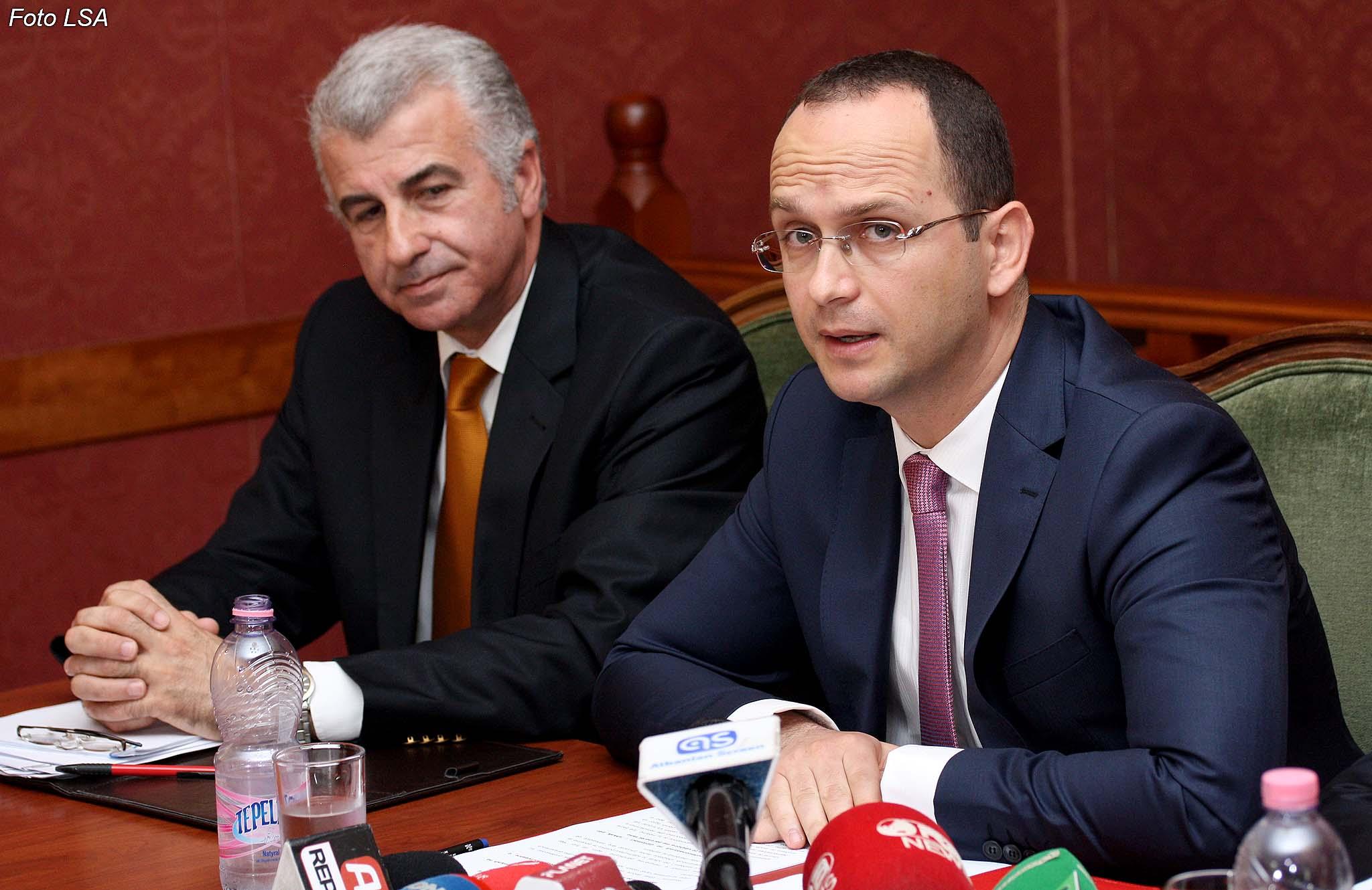 Ministri Bushati gjatë një mbledhjeje në Komisionin e Jashtëm