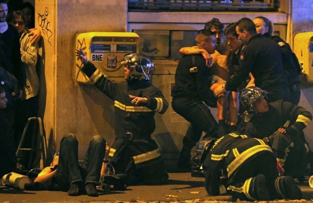 ATTENTION EDITORS - VISUAL COVERAGE OF SCENES OF INJURY  French fire brigade members aid an injured individual near the Bataclan concert hall following fatal shootings in Paris, France, November 13, 2015.  REUTERS/Christian Hartmann