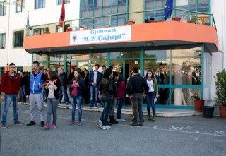 Nxënësit kartolinë Peleshit e Nikollës: Tre vetë në bankë për tu ngrohur
