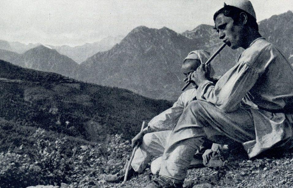 Barinj duke i rënë fyellit në malet e Shqipërisë