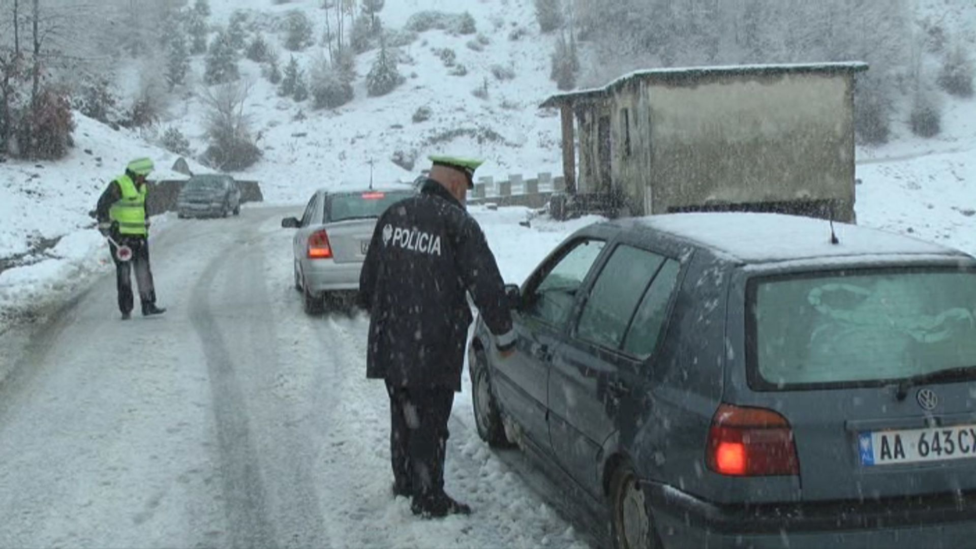 Ngricat/ 30-40 cm borë në zonat malore, ja rrugët ku duhen zinxhirët
