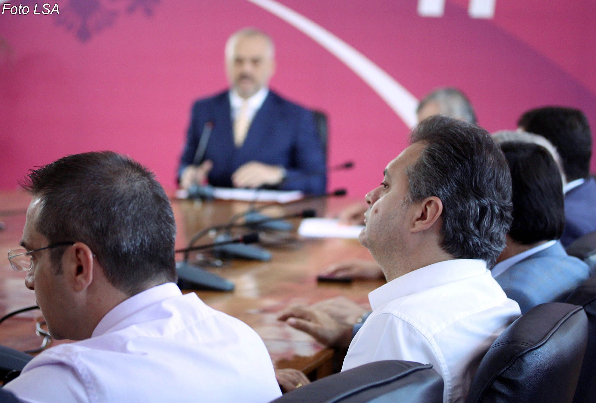 Deputeti i PS Ben Blushi dhe Ministri i Brendshem Saimir Tahiri, gjate nje mbledhje te grupit parlamentar te PS, ku Rama ka deklaruar se fale puneve te mira te kesaj qeverie, shpresat per rilindjen jo vetem nuk jane fikur por jane forcuar edhe me tej.