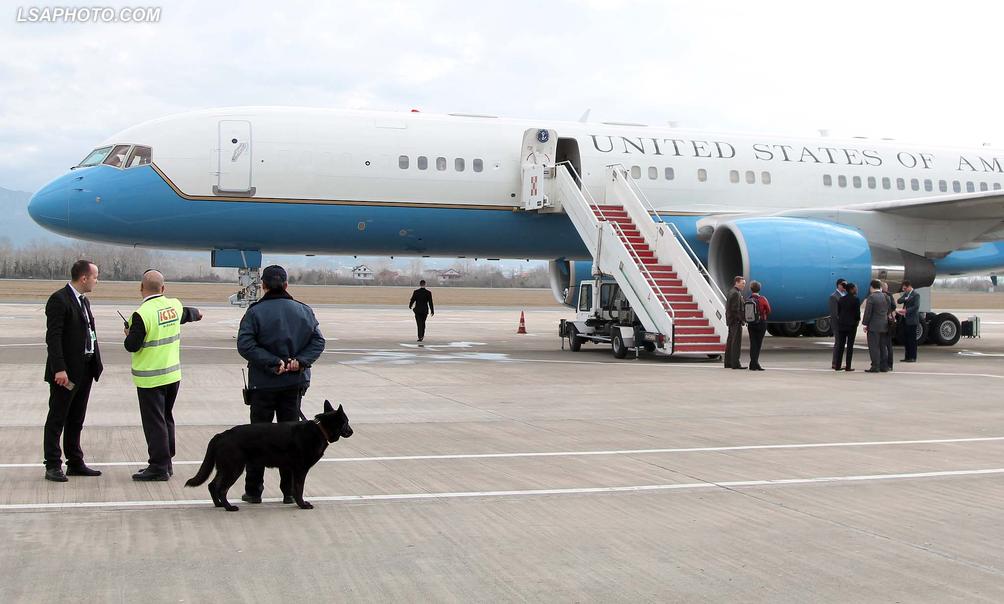 "Police me qen, duke vezhguar aeroportin ""Nene Tereza"", gjate vizites se Sekretarit Amerikan te Shtetit, John Kerry, i cili ndodhet per nje vizite zyrtare ne Tirane./r/n/r/nPolice with dog at the airport ""Mother Teresa"", during the visit of US Secretary of State, John Kerry. US Secretary of State is in a few hours visit to Tirana, to meet with senior government leaders to discuss Albania's further Euro-Atlantic integration and strong bilateral cooperation with the United States."