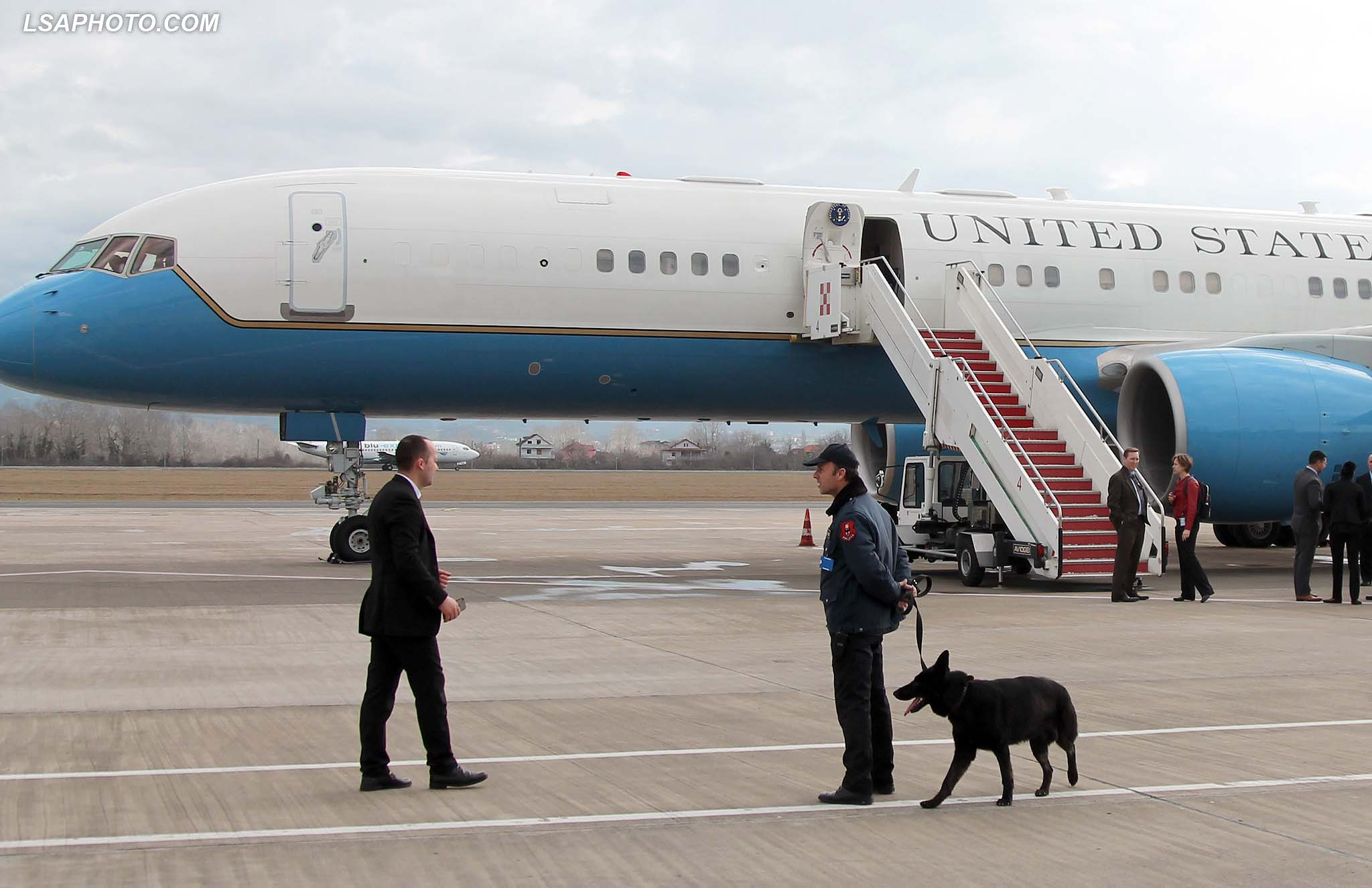 "Police me qen, duke vezhguar aeroportin ""Nene Tereza"", gjate vizites se Sekretarit Amerikan te Shtetit, John Kerry, i cili ndodhet per nje vizite zyrtare ne Tirane.	/r/n/r/nPolice with dog at the airport ""Mother Teresa"", during the visit of US Secretary of State, John Kerry. US Secretary of State is in a few hours visit to Tirana, to meet with senior government leaders to discuss Albania's further Euro-Atlantic integration and strong bilateral cooperation with the United States."