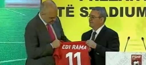 Prezantohet Arena Kombëtare, batutat e Ramës: Kjo bluzë i bën Zahos, jo mua