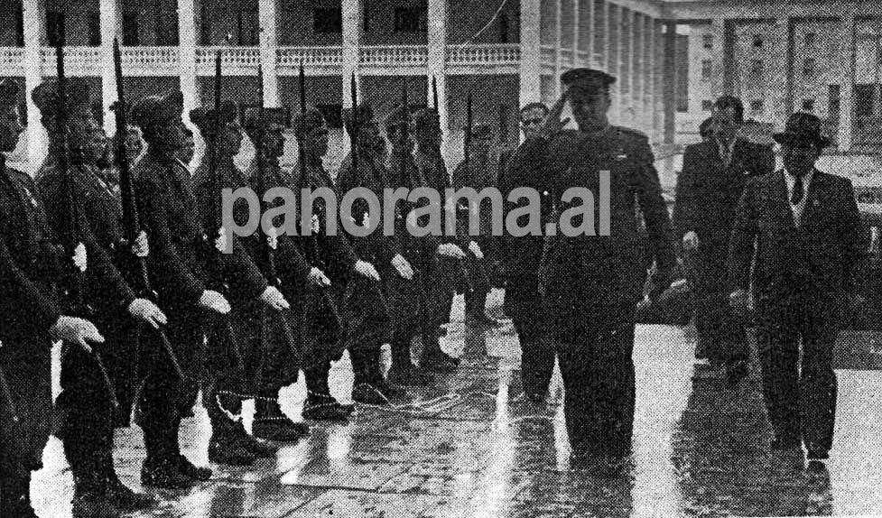 """1946. Lojërat Ballkanike. Hyrja e parë e udhëheqësve komunistë në Stadiumin Kombëtar """"Qemal Stafa: Enver Hoxha, Koçi Xoxe, Tuk Jakova"""