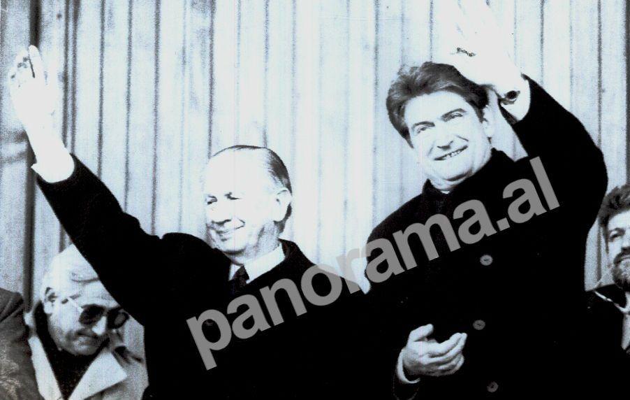 """1995. Presidenti i Komitetit Olimpik Ndërkombëtar (CIO), Huan Antonio Samaranch, në Stadiumin Kombëtar """"Qemal Stafa"""", i shoqëruar nga Presidenti i Republikës së Shqipërisë, Sali Berisha"""
