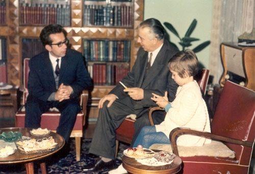 Ismail Kadare gjatë një vizite në shtëpinë e Enver Hoxhës