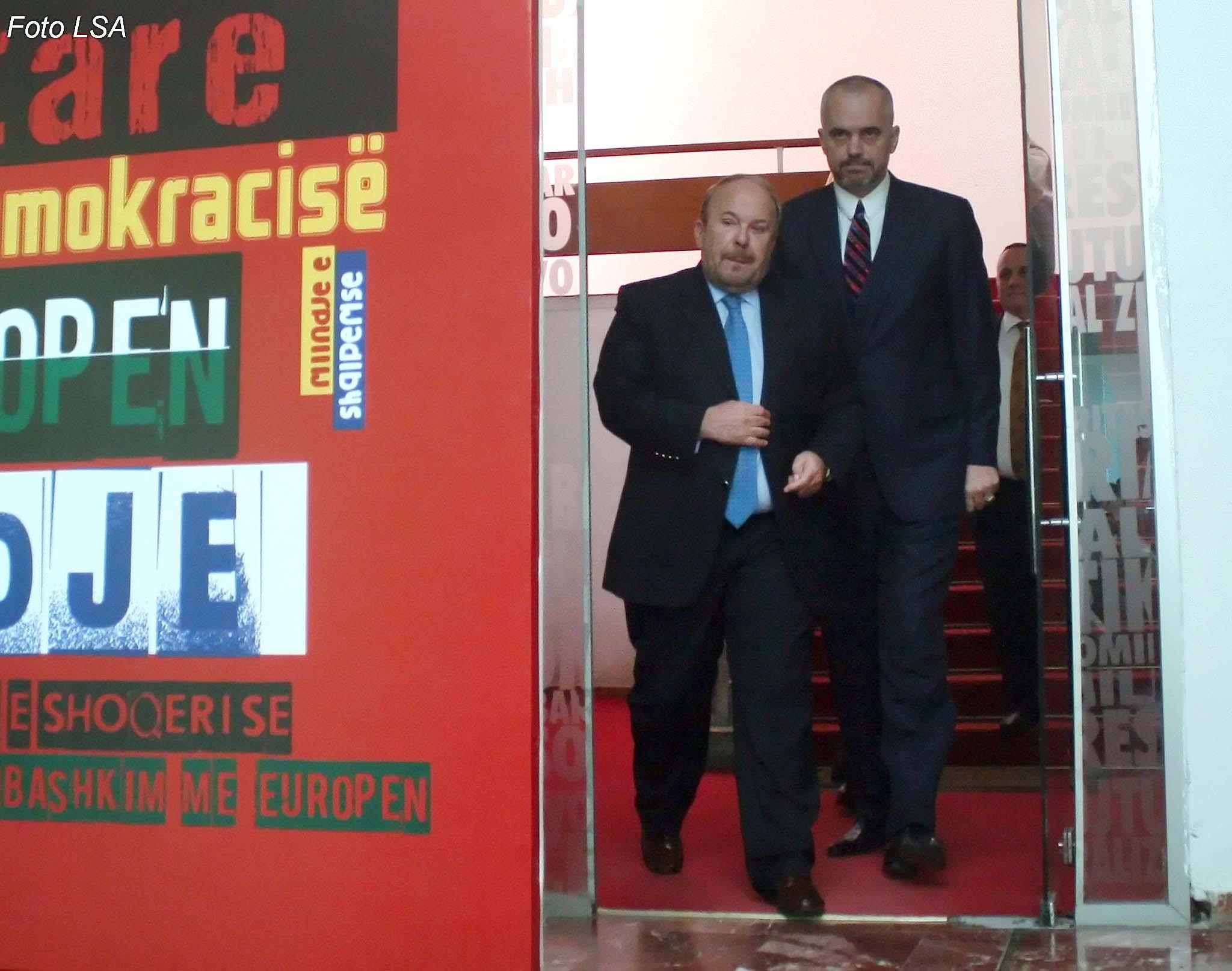 Ish kryeministri Fatos Nano dhe kryetari i PS Edi Rama, duke dale pas nje takimi ne seline e Partise socialiste, ku kane diskutuar ne lidhje me kandidimin e Nanos per President.