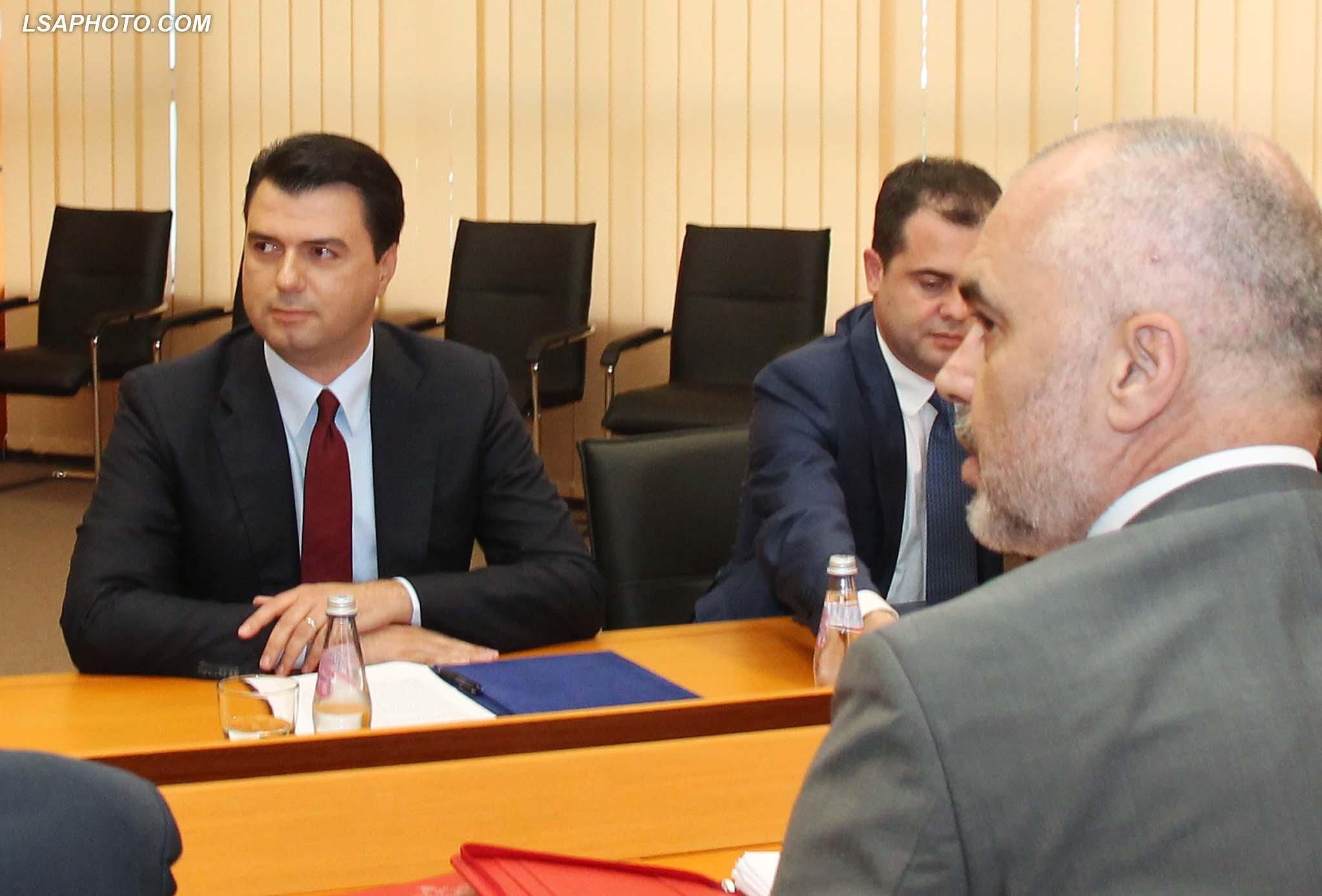 Kryeministri Edi Rama, gjate nje takimi ne Pallatin e Kongreseve me Kryetarin e PD, Lulzim Basha, ku kane diskutuar ne lidhje me reformen ne drejtesi.