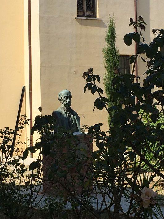 Busti i De Radës brenda oborrit të Kolegjit të Shën Mitër Koronës
