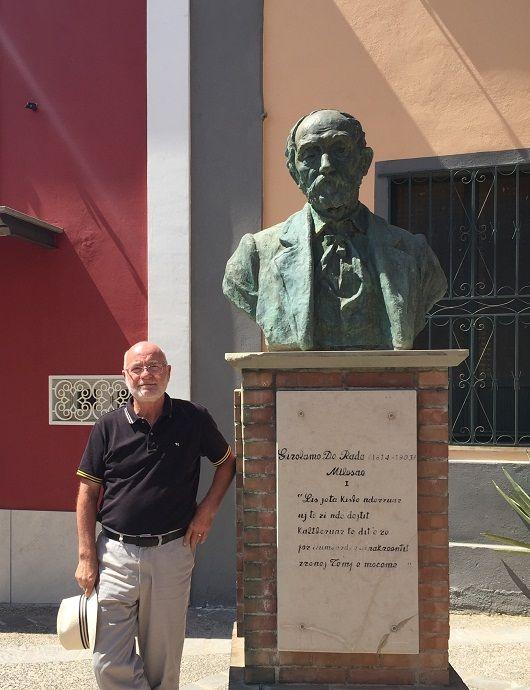 Foto pranë bustit të De Radës në Maki, 29 korrik 2016