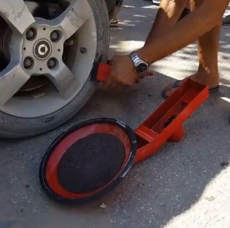 VIDEO/ Vlonjatët kundër parkimit me pagesë, heqin bllokueset e gomave nga makinat