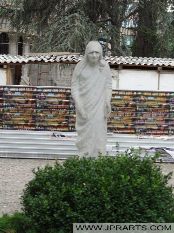 Statue-Mother-Teresa-Memorial-Museum-Skopje