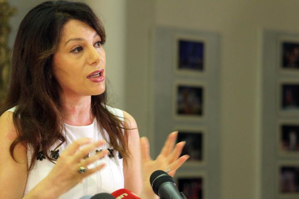 Zana Çela hyn në TKOB, artistët e presin me duartrokitje