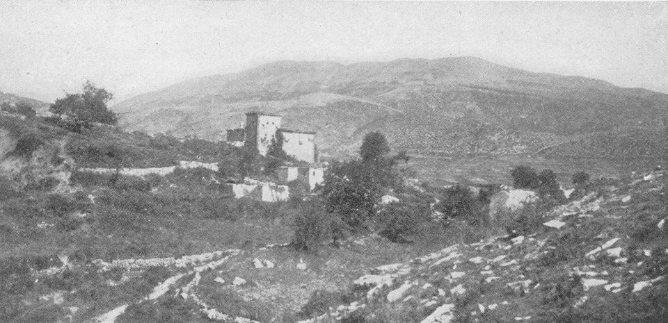 Fotografi e realizuar nga gjenerali amerikan, George P. Scriven, në Nivicë të Kurveleshit, gjatë Luftës I Botërore, ku dallohen qartë shtëpitë në stil kulle, si ato të Veriut të Shqipërisë