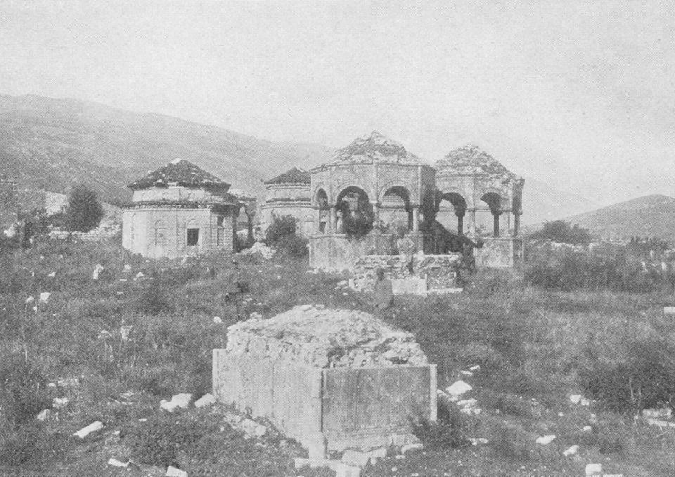 Varrezat bektashiane në Tepelenë, fotografuar nga gjenerali amerikan